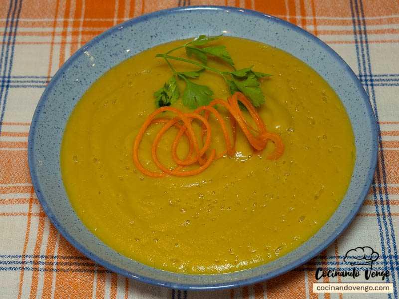 Plato principal crema de berenjena, calabacín y zanahoria