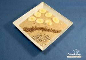 Desayuno saludable, quinoa, semillas de lino, pipas de girasol y plátano
